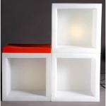 Svietiaci nábytok v podobe kocky OPEN CUBE možno využiť ako zdroj svetla - podlahovú lampu alebo nábytkovú stavebnicu. Osvetlenie je riešené pomocou úsporných žiaroviek a alebo pomocou RGB LED panela na batériu.