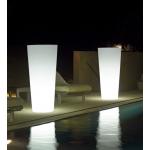 Svietiaci kvetináč ILIE. Dodáva sa v 4 variantoch: na vnútorné použitie, vonkajšie použitie, s RGB LED svetlom vnútorný, s RGB LED svetlom vonkajší. Výber je z mnohých veľkostí (od Ø 37 do Ø 57 cm). Materiál polyetylén. Matné farebné prevedenie. Farba kvetináča je transparentná neutrálna.