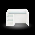 Svietiaci dizajnový recepčný pult KANAL, vhodný do moderných recepcií aj ako dočasné prijímacie miesto na akcie či výstavy. Pult je určený iba na vnútorné použitie. Osvetlenie je riešené pomocou úsporných žiaroviek. Výška 90 cm, šírka 130 cm a hĺbka 70 cm. Súčasťou balenia je sklenená pracovná doska a sklenené police.