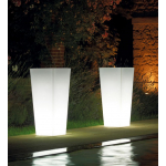Svietiaci kvetináč Kiama. Dodáva sa v 4 variantoch: na vnútorné použitie, vonkajšie použitie, s RGB LED svetlom vnútorný, s RGB LED svetlom vonkajší. Výber je z dvoch veľkostí (35, 40 cm). Materiál polyetylén. Matné farebné prevedenie. Farba kvetináča je transparentná neutrálna.