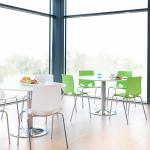 Vysoce kvalitní stohovací židle s kovovým rámem a širokým sedákem z velice odolného polypropylenu s vysokým leskem.   Současný vzhled Vysoký lesk Stohovatelná