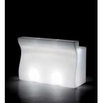 Svietiaci barový pult BARTOLOMEO, ktorý môže byť využitý ako recepcia alebo barový pult, je lineárny prvok, ktorého estetické línie vychádza z ergonomických požiadaviek na sedenie pri pulte. Dostupný v niekoľkých variantoch aj s vybavením. S jednotlivými dielmi Bartolomeo a rohového dielu Bartolemo Corner máte možnosť zostavenia niekoľkých variantov. Základné rozmery: v.110 š.70 d.160 c.